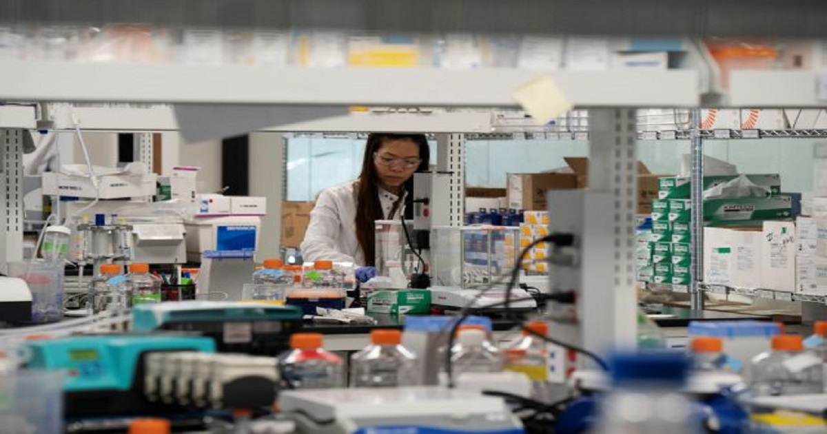 Research associate Phuong-Danh Tran, of RNA medicines company Arcturus Therapeutics, conducts research on a vaccine for the novel coronavirus (COVID-19) at a laboratory in San Diego, California, U.S., March 17, 2020. REUTERS/Bing Guan